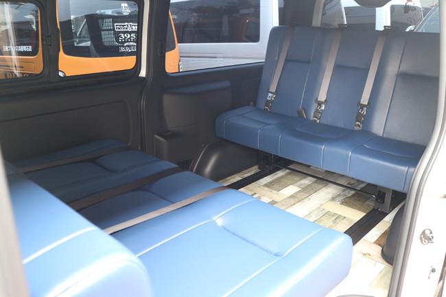古木のようなフロアデザインに爽やかなネイビーブルーのシートデザイン